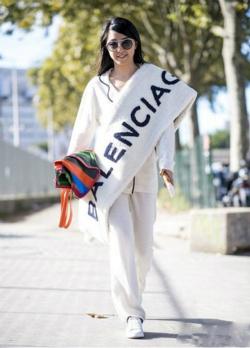 冬装穿衣搭配技巧示范 围巾还是大的好!